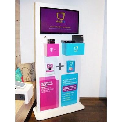 Digital Signage Infoterminal Indoor Individuelle Ausführung & Format None - Pr sentationsdisplay-mit-32Zoll-Display-und-Warentr ger